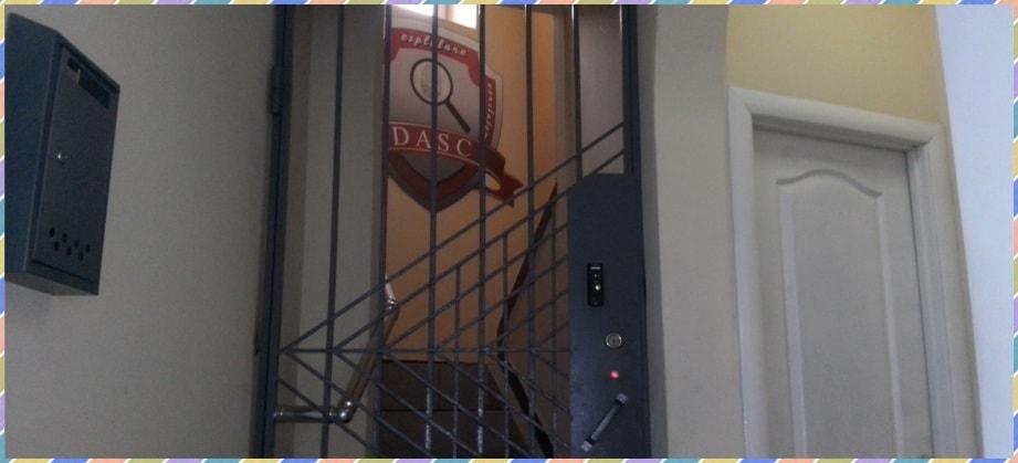 Вход на этаж, где расположились рабочие кабинеты DASC в Симферополе